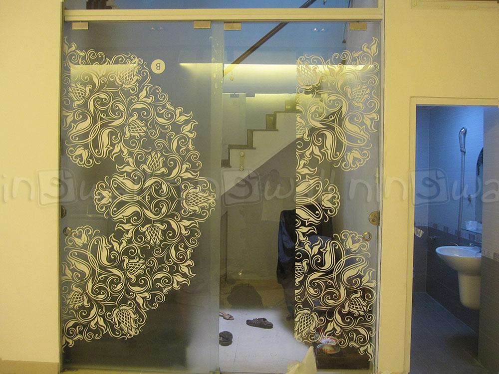Điệu đà cửa kính với hoa văn bướm xuân...