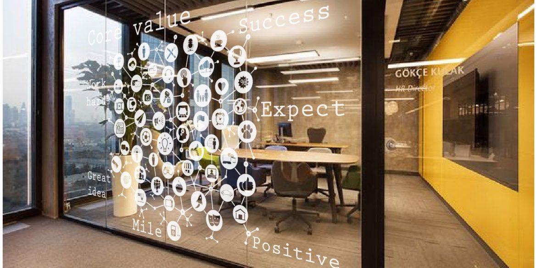 Cách trang trí decal cho những mảng tường và kính lớn ở văn phòng.